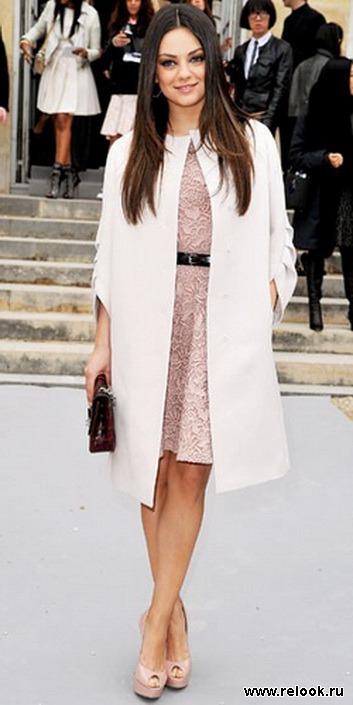 Любая женщина, в модном арсенале которой найдется белое пальто с мехом на рукавах или воротнике, будет считается