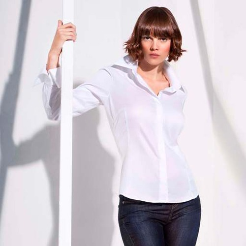 С мужского плеча: белая рубашка – как ее носить?