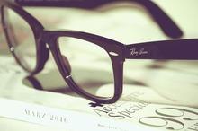 Очки в черной оправе.