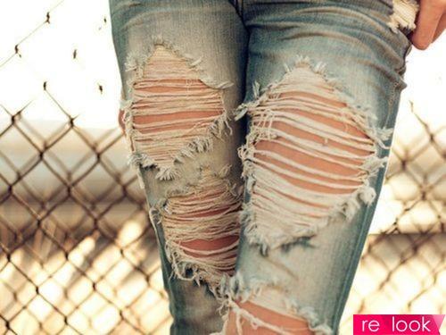 Как носить рваные джинсы?