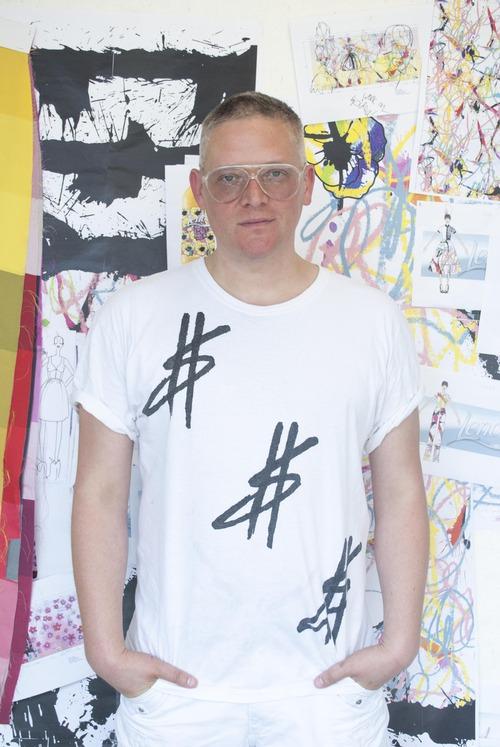 Британский дизайнер Джайлз Дикон, вдохновленный новыми разработками от LENOR и ARIEL, представляет новую мультисенсорную коллекцию одежды, адаптированную для машинной стирки
