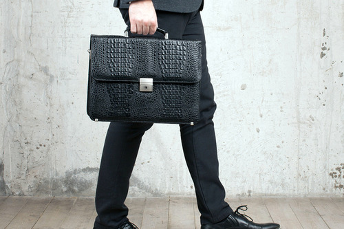 Мужские сумки: как правильно их носить
