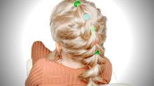 Яркая коса с цветными резинками
