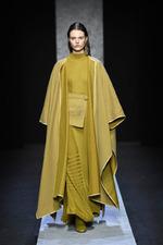 Мода осени 2021: пончо, накидки, кейпы